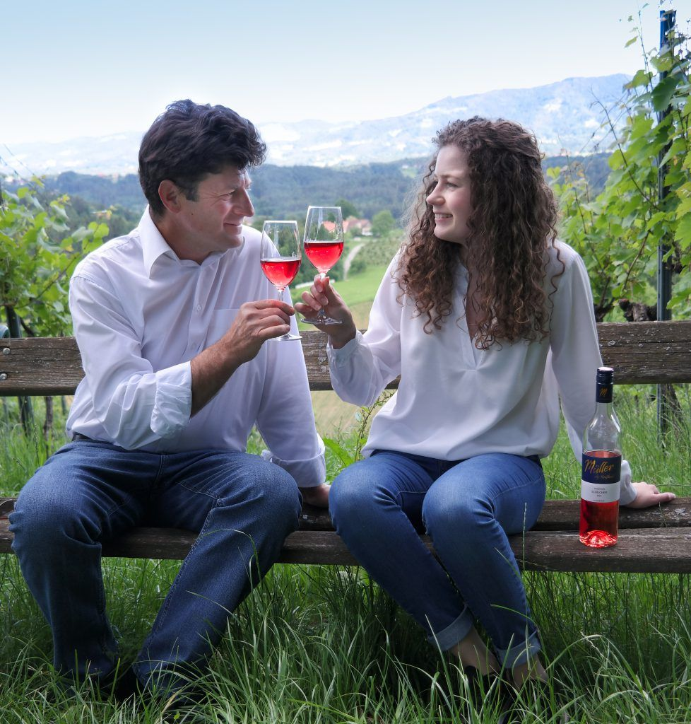 Zwei Personen mit Weinglas